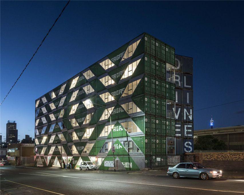 引人注目的公寓楼由140个运输集装箱组成